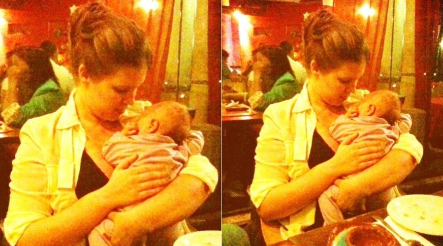 Carolinie Figueiredo posa com a filha, Bruna Luz, de dois meses (2/2/2012)