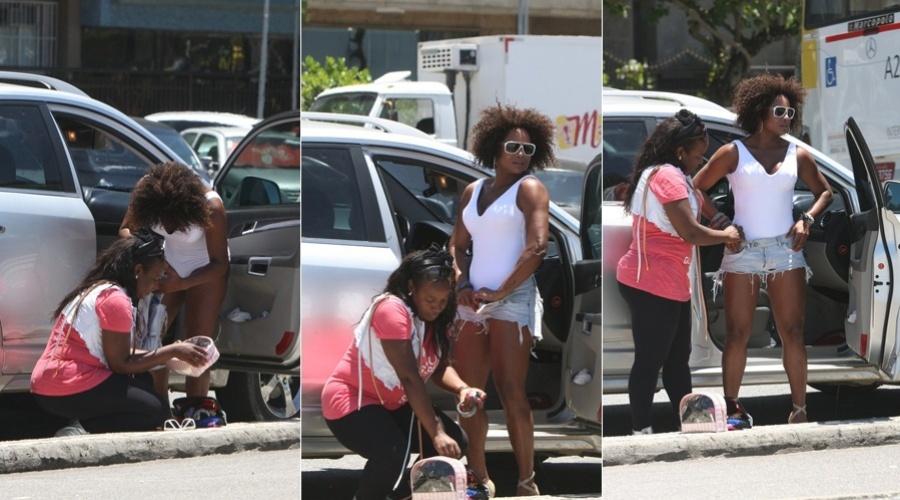 Adriana Bombom troca de roupa no meio da rua para gravação de clipe, no Rio (3/2/2012)