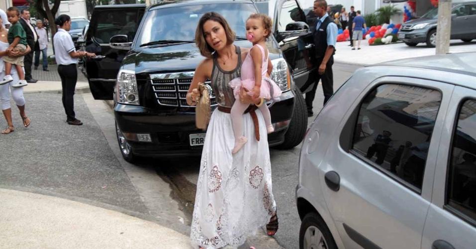 Bia Anthony, esposa do jogador Ronaldo Fenômeno, comparece ao aniversário de João Guilherme, filho de Fausto Silva, acompanhada da filha Maria Alice (3/2/2012)