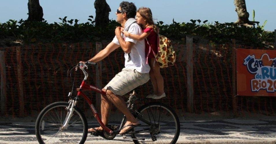 Eduardo Moscovis passeia de bicicleta com a filha Manuela em Ipanema, zona sul do Rio (3/2/2012)