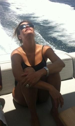 No Twitter, Narciza Tamborindeguy posta foto durante passeio de barco (3/2/12)