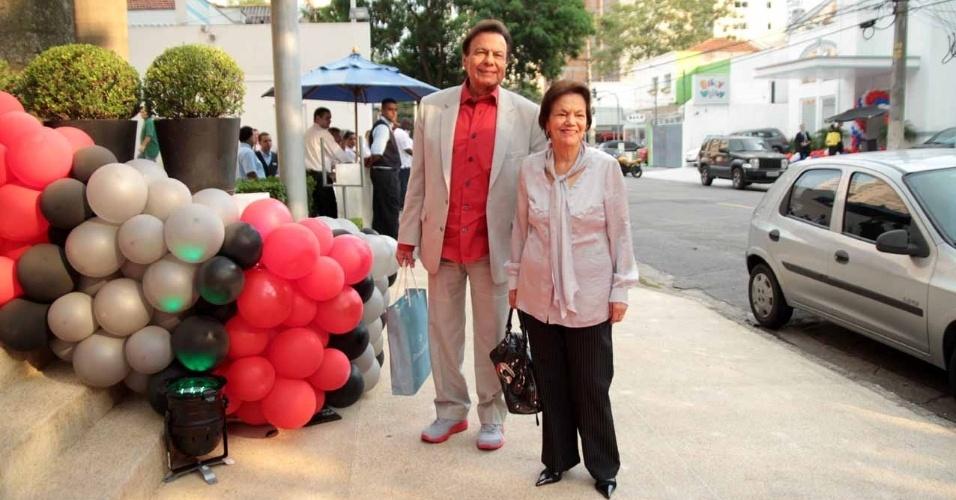 O cantor Agnaldo Rayol marca presença no aniversário de João Guilherme, filho de Fausto Silva (3/2/2012)