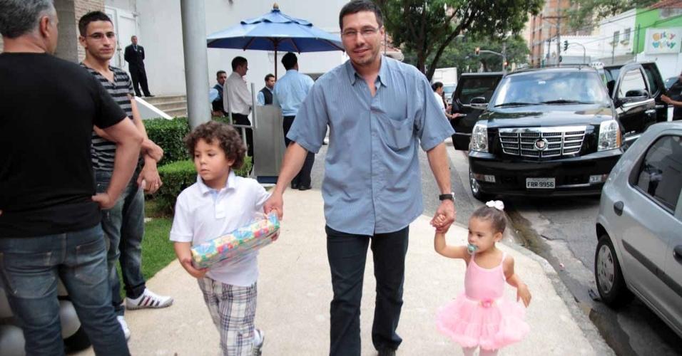 Os filhos do jogador Ronaldo Fenômeno, Alex e Maria Alice, marcam presença no aniversário de João Guilherme, filho de Fausto Silva (3/2/2012)
