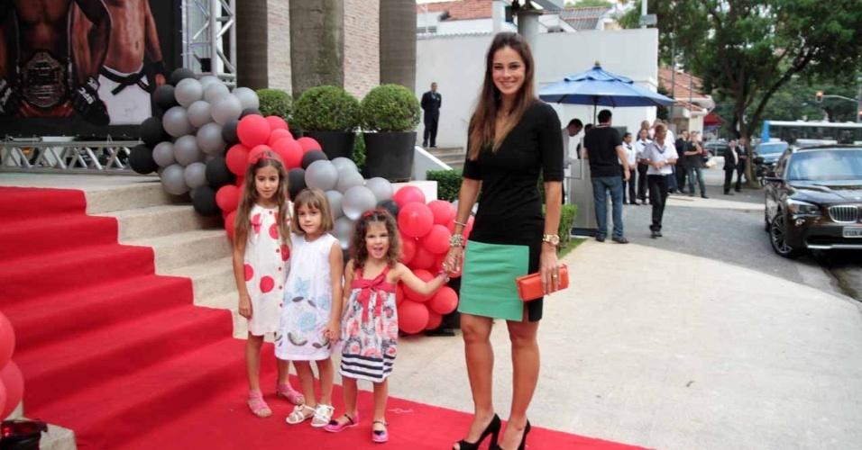 Vera Viel, esposa do apresentador Rodrigo Faro, comparece ao aniversário de João Guilherme, filho de Fausto Silva, acompanhada das filha Clara e Maria (3/2/2012)