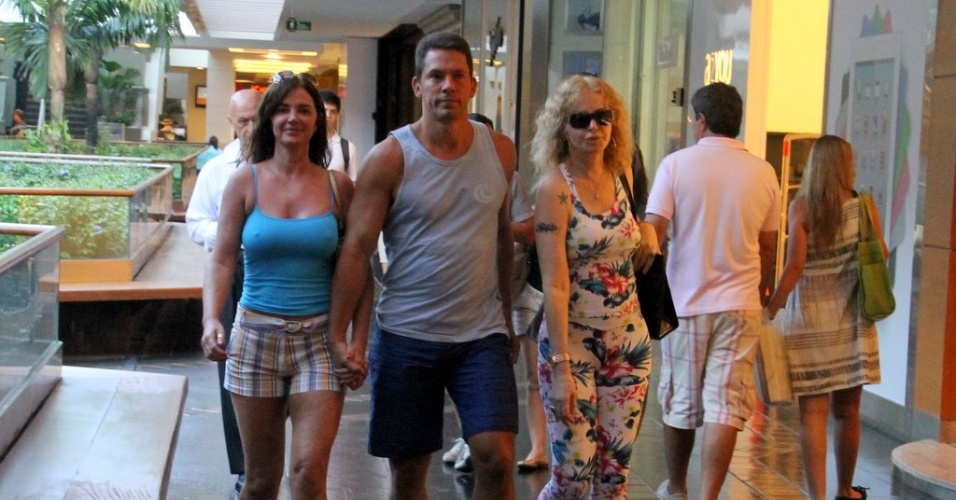 Luma de Oliveira passeia em shopping do Rio (5/2/2012)