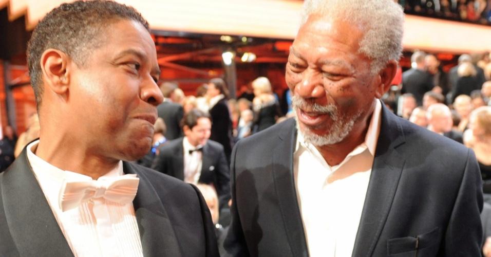Os atores Denzel Washington e Morgan Freeman conversam durante premiação Golden Camera, que escolhe os melhores da televisão, cinema e entretenimento. Morgan Freeman ganhou um prêmio por sua trajetória, em Berlim, Alemanha (4/2/12)