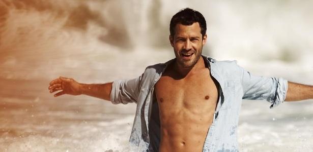 No mar, Malvino Salvador exibe boa forma durante ensaio para a revista