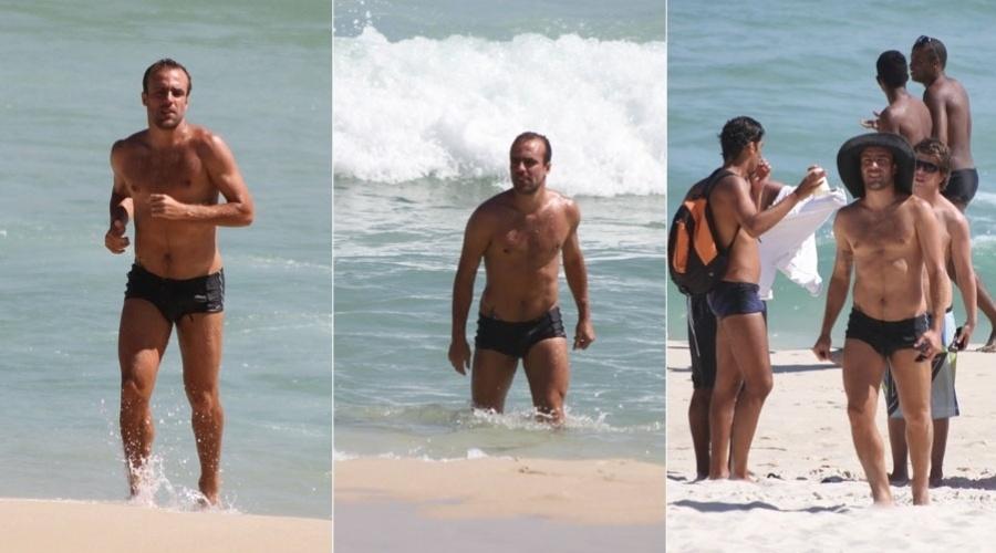 Roger Flores curte praia com os amigos na Barra da Tijuca, zona oeste do Rio (6/2/2012)