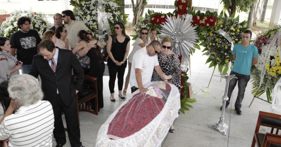 Amigos e familiares se despedem do cantor Wando em velório no cemitério Bosque da Esperança, em Belo Horizonte (8/2/12)