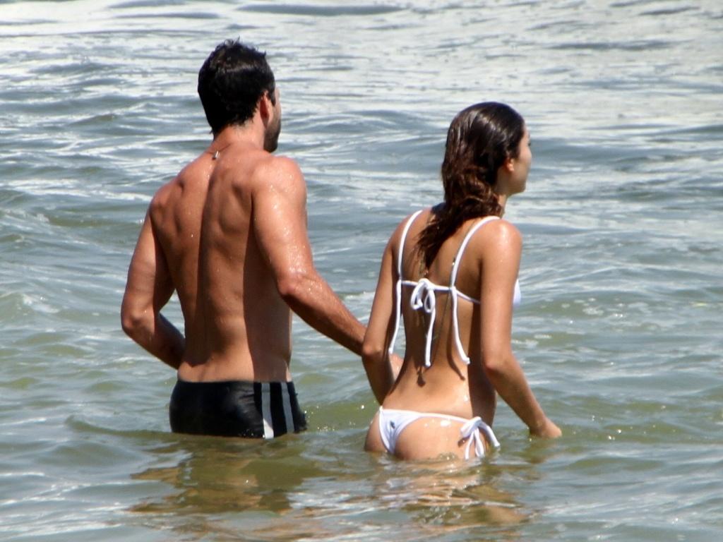 Após anunciarem o término do namoro, Malvino Salvador e Sophie Charlotte tomam banho de mar juntos na Barra da Tijuca, no Rio de Janeiro (8/2/12)