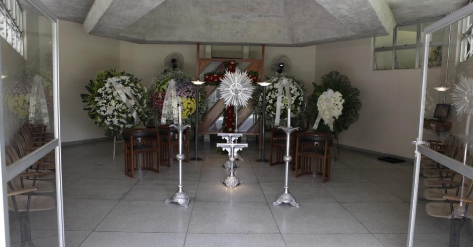 Coroas de flores homenageiam Wando no velório do cantor, no cemitério Bosque da Esperança, em Belo Horizonte (8/2/12)