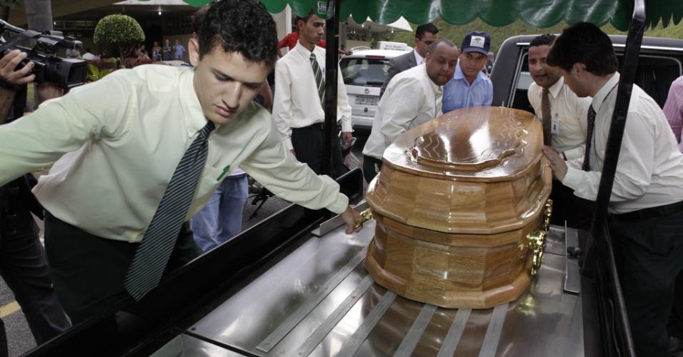 Corpo de Wando chega ao cemitério Bosque da Esperança, em Belo Horizonte. O velório está acontecendo na tarde desta quarta (8/2/12)