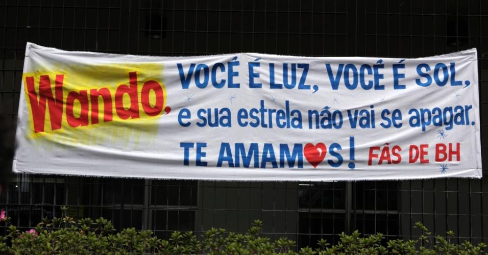 Fãs de Belo Horizonte homenageiam Wando com faixa na porta do hospital Biocor, em Nova Lima, Minas Gerais (8/2/12)