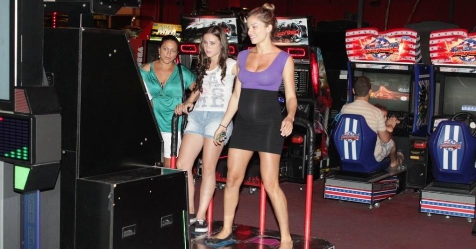 Grazi Massafera se diverte em sala de jogos em shopping na zona oeste do Rio (8/2/2012)