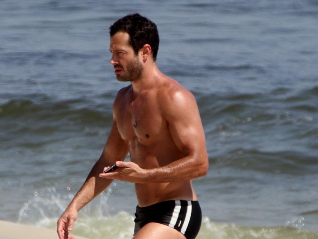 Malvino Salvador exibe boa forma durante banho de mar na Barra da Tijuca, no Rio de Janeiro (8/2/12)