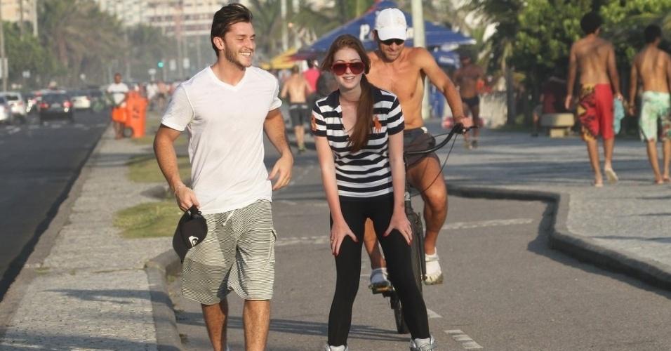 Marina Ruy Barbosa anda de patins acompanhada do namorado, Klebber Toledo, na orla da praia da Barra da Tijuca, zona oeste do Rio (8/2/2012)