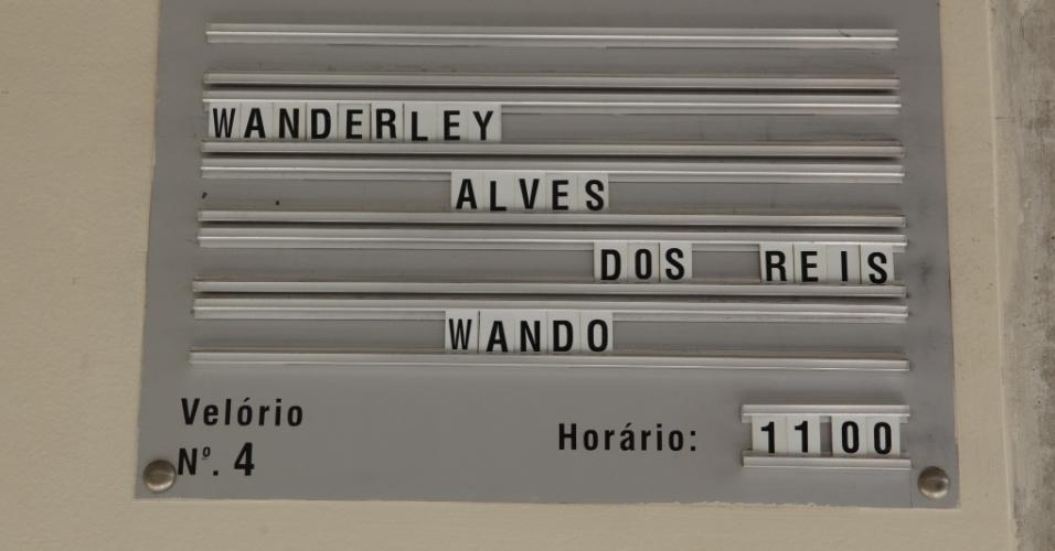 Placa no cemitério Bosque da Esperança, em Belo Horizonte, anuncia velório do cantor Wando (8/2/12)