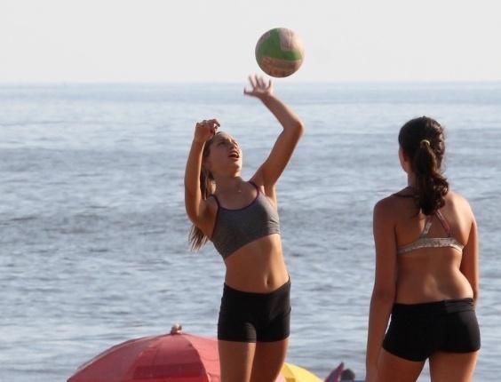 Sasha Meneghel joga vôlei com as amigas na praia de Ipanema, zona sul do Rio (8/2/2012)