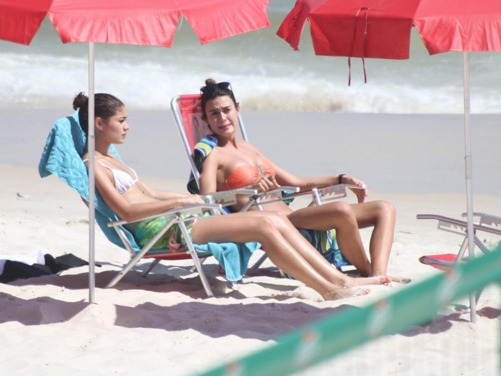 Sophie Charlotte e Thaila Ayala aproveitam a quarta-feira de sol na praia da Barra da Tijuca, no Rio de Janeiro (8/2/12)