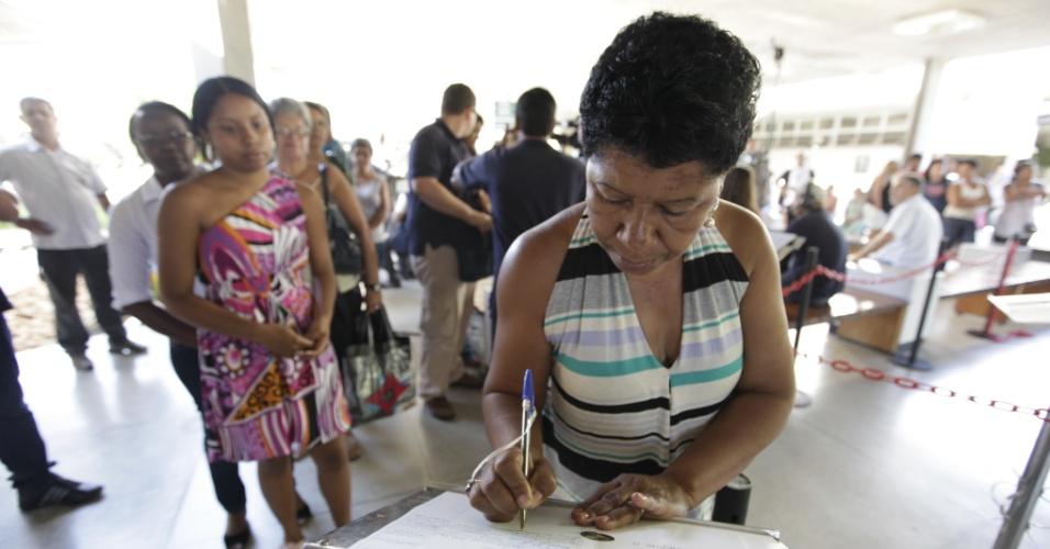 Amigos e familiares assinam livro de presença e se despedem do cantor Wando em velório no cemitério Bosque da Esperança, em Belo Horizonte (9/2/12)