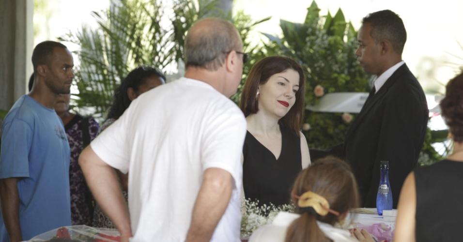 Amigos e familiares se despedem do cantor Wando em velório no cemitério Bosque da Esperança, em Belo Horizonte (9/2/12)