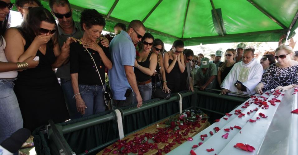 """Ao som de """"Moça"""", o cantor Wando foi enterrado nesta quinta-feira (9), às 11h30, no cemitério Bosque da Esperança, em Belo Horizonte. A cerimônia foi acompanhada por familiares, imprensa e muitos fãs. Estima-se que seis mil pessoas participaram do velório e enterro do cantor (9/2/12)"""