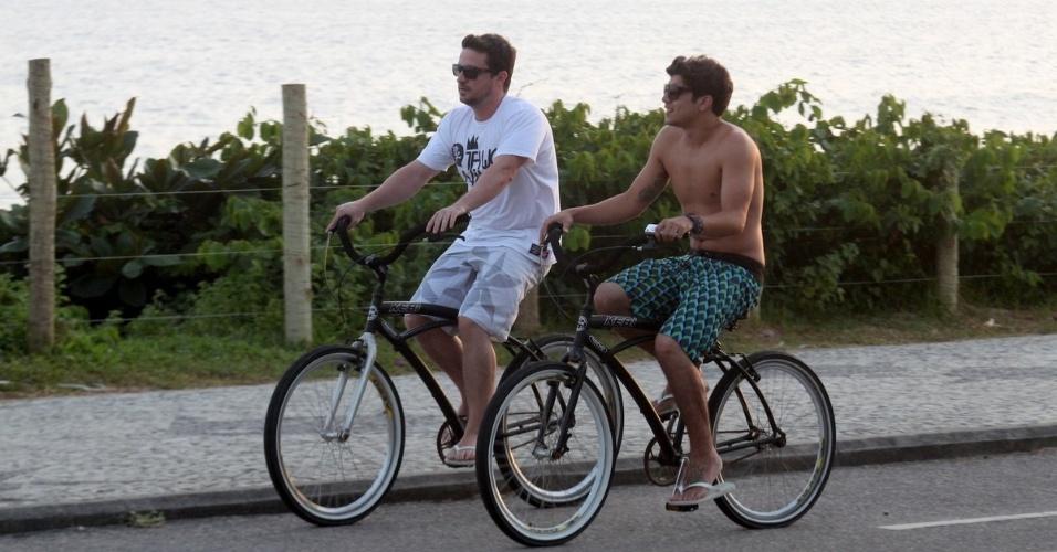Caio Castro passeia de bicicleta acompanhado de um amigo pela orla da praia no Rio (9/2/2012)