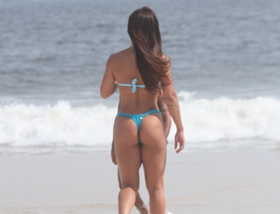 Dani Sperle exibe sua ótima forma na praia da Barra da Tijuca, na zona oeste do Rio (9/2/12)