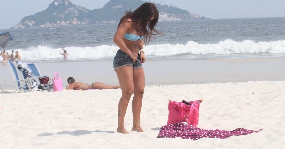 Dani Sperle veste o short na praia da Barra da Tijuca, na zona oeste do Rio (9/2/12)