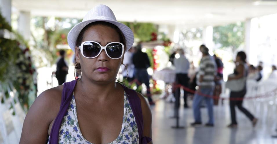 Sarlete Gomes de Araujo, 45, universitaria do Rio de Janeiro chegou na madrugada para acompabnhar o enterro do cantor Wando no cemitério Bosque da Esperança, em Belo Horizonte (9/2/12)