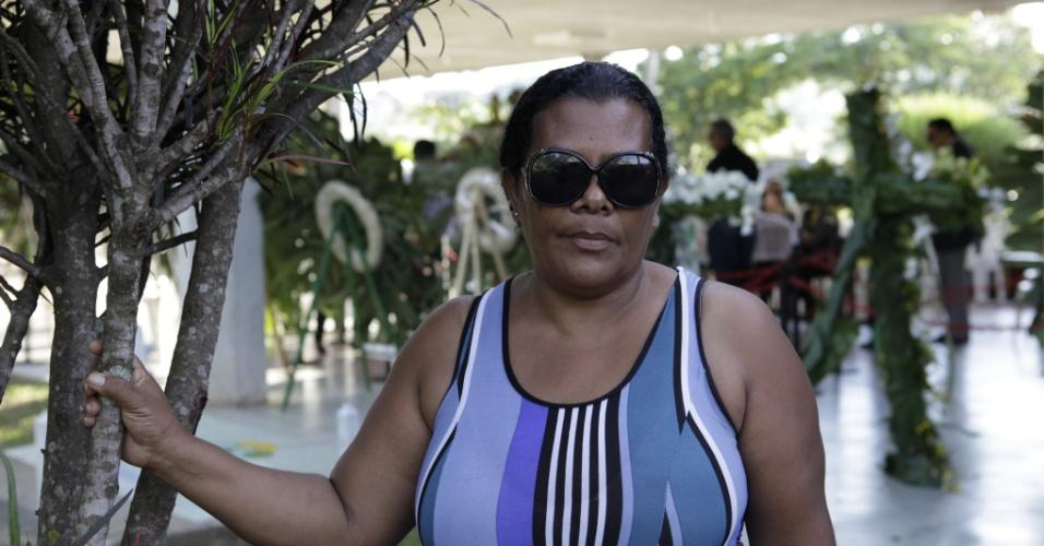Isabel Oliveira batista, dona de casa, 46, passou a noite no cemitério Bosque da Esperança, em Belo Horizonte, velando o corpo do cantor Wando (9/2/12)