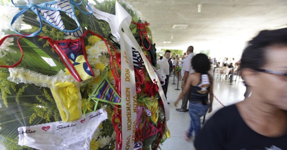 Fãs enviam coroa com calcinhas (marca da carreira de Wando) em homenagem ao cantor no cemitério Bosque da Esperança, em Belo Horizonte (9/2/12)