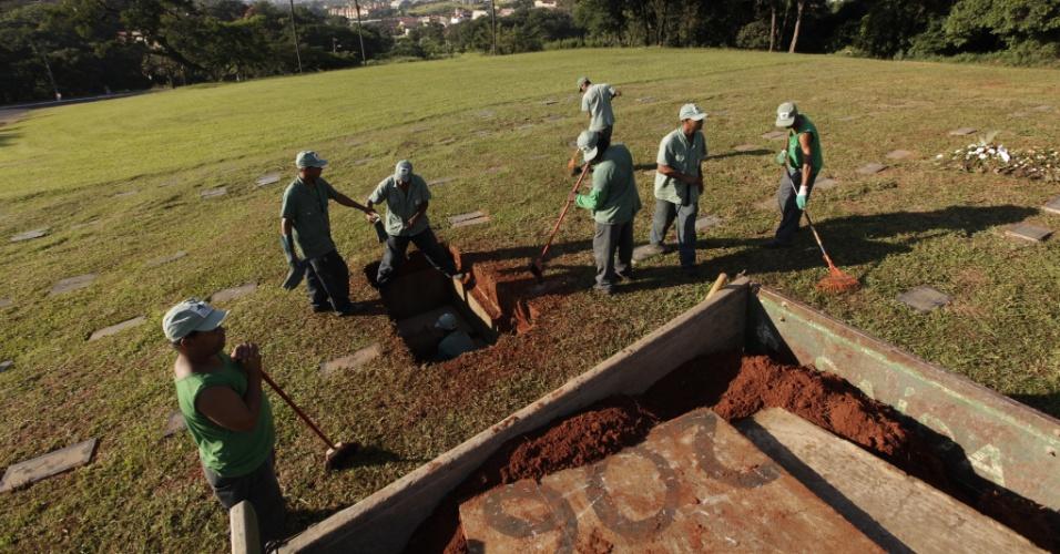 Homens se preparam para o enterro do cantor Wando no cemitério Bosque da Esperança, em Belo Horizonte (9/2/12)
