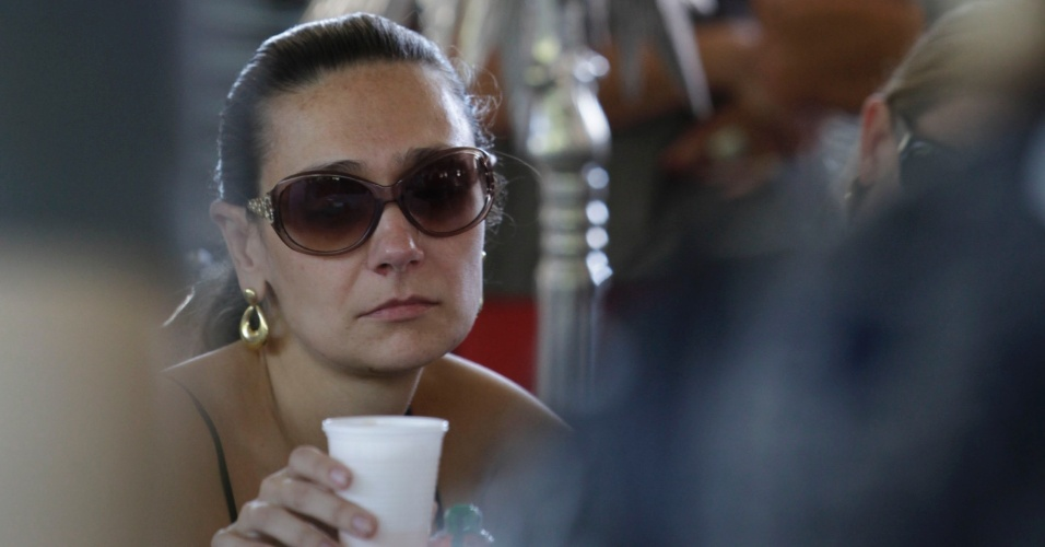 Mulher de Wando, Renata Costa, durante o velório do marido no cemitério Bosque da Esperança, em Belo Horizonte (9/2/12)