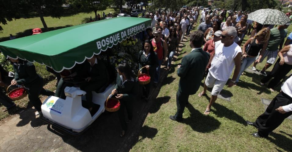 O cantor Wando foi enterrado nesta quinta-feira (9), às 11h30, no cemitério Bosque da Esperança, em Belo Horizonte. A cerimônia foi acompanhada por familiares, imprensa e muitos fãs. Estima-se que seis mil pessoas participaram do velório e enterro do cantor (9/2/12)