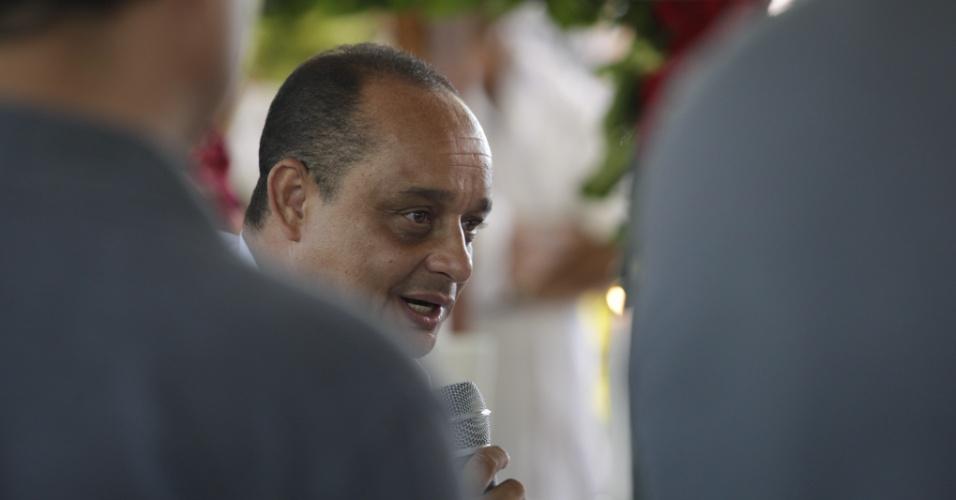 O padre Jefferson Moreira Lima, que celebrou uma cerimônia antes do enterro do cantor, contou que Wando pretendia se casar com a mulher em setembro (9/2/12)