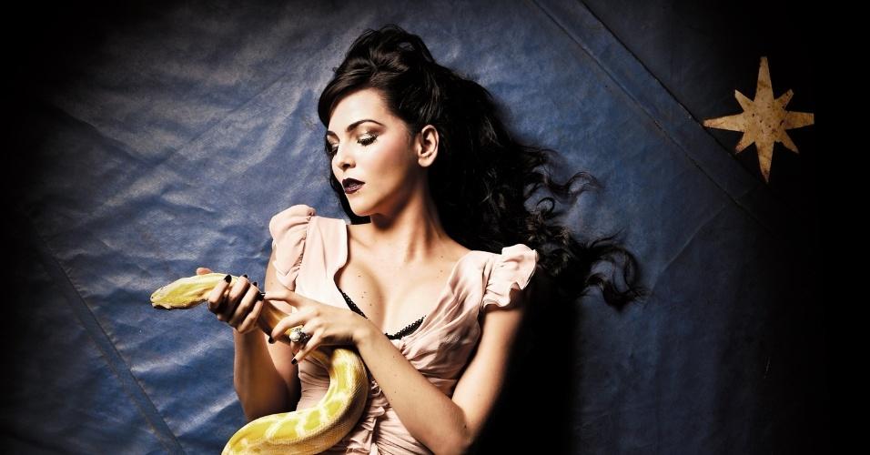 """Tainá Müller posa em ensaio sensual na """"Alfa"""" de fevereiro com uma cobra albina de dois metros (9/2/12)"""