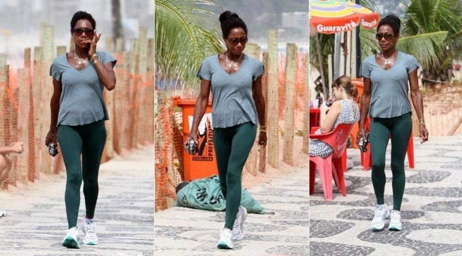 Glória Maria rói as unhas durante caminhada pela orla de Ipanema, na zona sul carioca (13/2/12)