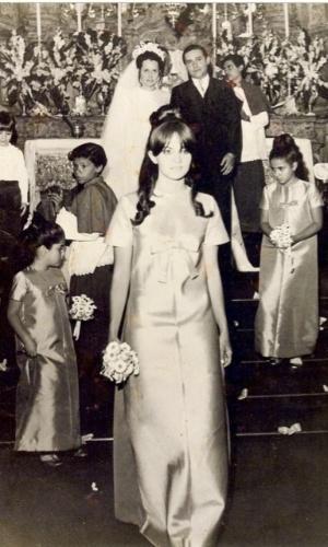 No Twitter, Glória Perez posta foto de quando foi dama de honra no casamento da prima (14/2/12)
