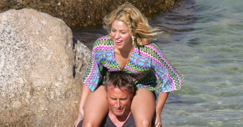 Shakira se diverte ao lado dos amigos em Cape Town, na África do Sul (13/2/12)