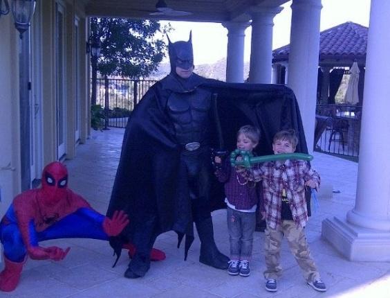 """A cantora norte-americana Britney Spears postou em seu perfil no Facebook foto de seus dois filhos com o Batman e o Homem-Aranha. """"O Batman e o Homem-Aranha vieram desejar aos garotos um bom 'Valentine´s Day!'"""", postou a diva. No """"Dia dos Namorados"""" (14/2) dos Estados Unidos  é costume dar presentes também às crianças (15/2/12)"""