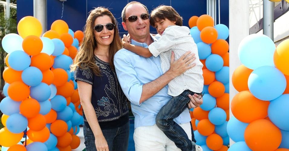 Britto Jr com a esposa Fernanda e o filho, Arthur (15/2/2012)