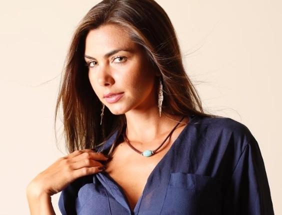 Com um short jeans e uma camisa azul, Letícia Wiermann posa para ensaio fotográfico no Rio de Janeiro (14/2/12)