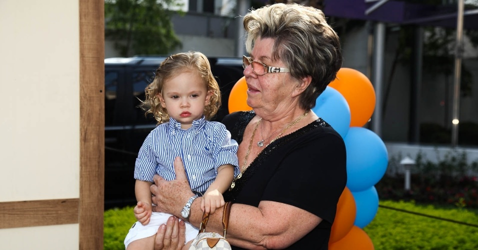 Dona Emma, mãe de Adriane Galisteu, com o neto Vittorio (15/2/2012)