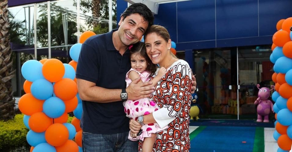 Edu Guedes, Daniela Zurita e a filha, Maria Eduarda que completou três anos nesta quarta-feira (15/2/2012)