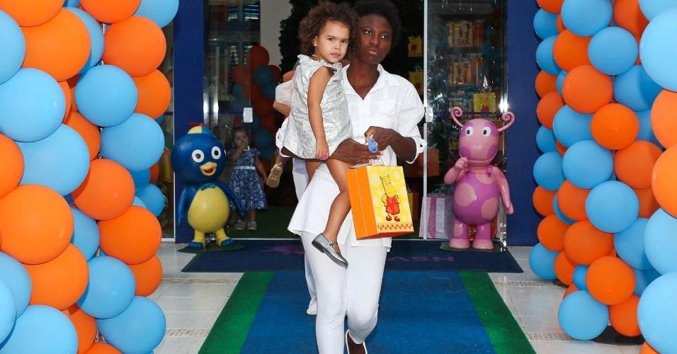 Maria Sophia, filha do jogador Ronaldo e Bia Anthony, deixa a festa acompanhada da babá (15/2/2012)