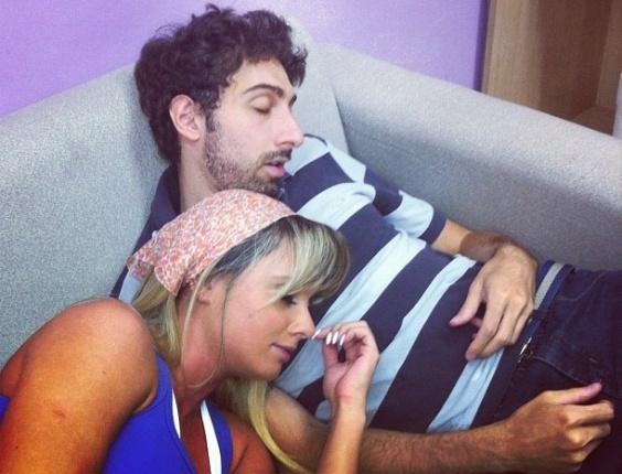"""No Twitter, Juju Salimeni posta foto ao lado de Mionzinho, personagem interpretado pelo ator Victor Coelho no programa """"Legendários"""", da Record (15/2/12)"""