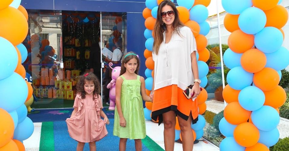 Vera Viel, esposa do apresentador Rodrigo Faro, e as filha, Clara e Maria (15/2/2012)