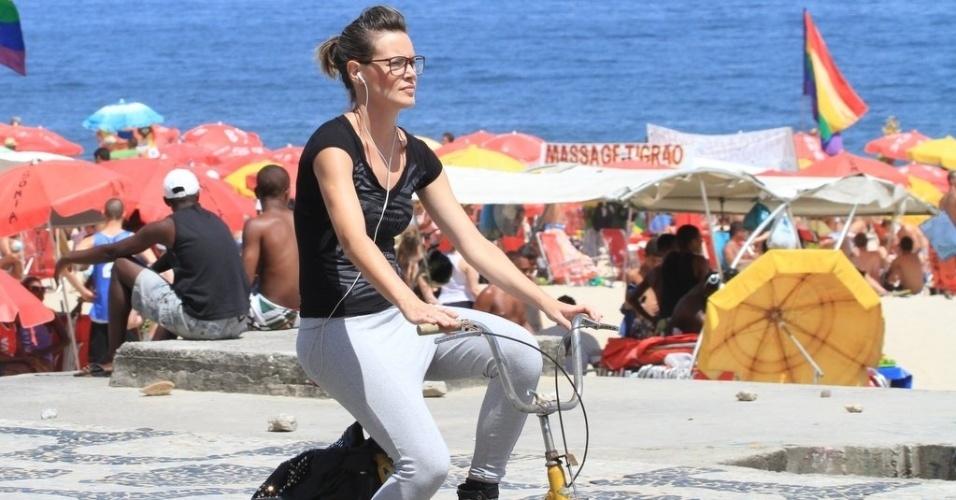 A ex-BBB Diana anda de bicicleta na orla de Ipanema, na zona sul do Rio de Janeiro (16/2/12)