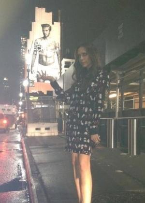 """David Beckham postou em seu perfil no Facebook uma foto de sua esposa, Victoria Beckham, fazendo uma pose curiosa: ela segura as partes íntimas de uma foto do marido num anúncio de roupas íntimas, em Nova York. """"Tão orgulhoso de minha mulher segurando #NYFW pelas bolas"""", brincou, em referência à semana de moda de Nova York (16/2/12)"""